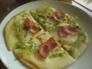ピエトロ次郎丸店 ベーコンのブロッコリーソースのピザ